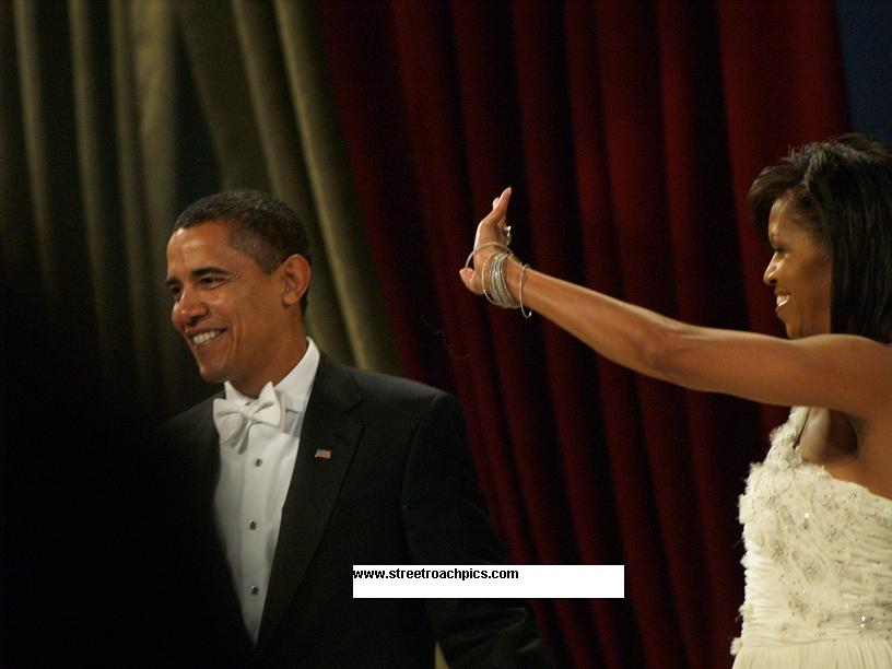 picture of Barack and Michelle Obama dancing